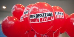 Ballons mit Mindestlohn-Logo DGB