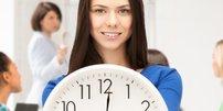 Frau mit Uhr in Büro